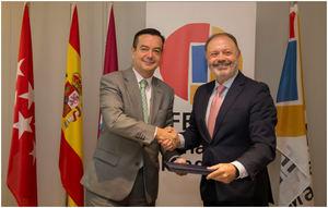 El director General de IFEMA, Eduardo López-Puertas Bitaubé –a la izquierda de la foto-, y Víctor Moneo, Director de Ventas Latinoamérica y Acuerdos Institucionales.