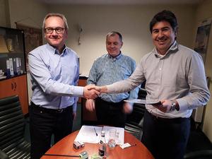 Iñigo Bejar, firma contrato Karolin Heat Power Station.