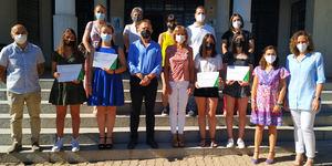 Entrega de trofeo a los alumnos del IES 'San Roque' ganadores del II Torneo Regional de Debate Educativo