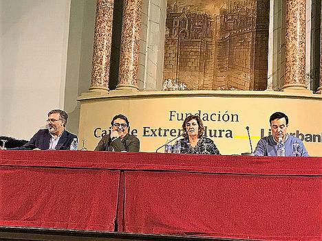 De izqda. a dcha.: Fernando Pizarro, alcalde de Plasencia; José María Vergeles, consejero de Sanidad y Políticas Sociales; Pilar García Ceballos-Zúñiga, presidenta de la Fundación Caja de Extremadura, y Jesús Gumiel, presidente de APAMEX.