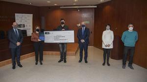 Irina Torres, ganadora a la mejor Tesis Doctoral de la Cátedra AgroBank, y Pablo Martín, ganador de la Convocatoria de ayudas para la transferencia del conocimiento al sector agroalimentario, recogen el premio junto a los representantes institucionales.