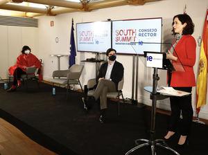 Isabel Díaz Ayuso, María Benjumea y Diego del Alcázar en el Consejo Rector de South Summit, en IE University.