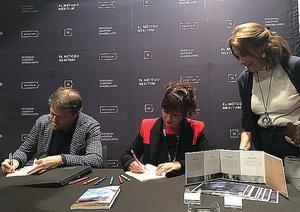 Jordi Clotet y Helena Gallardo firmando ejemplares.