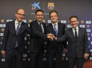"""Jordi Gual, presidente de CaixaBank; Jaume Giró, director general de la Fundación Bancaria """"la Caixa"""", Josep María Bartomeu, presidente del FC Barcelona y Jordi Cardoner, vicepresidente de la Fundació FC Barcelona, en el momento de la firma."""