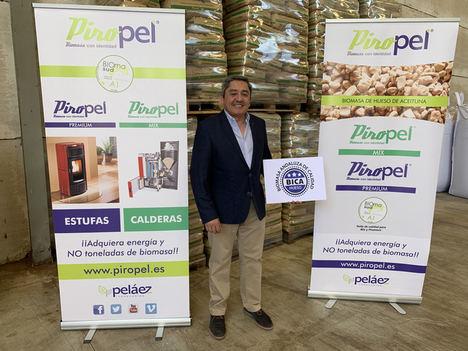 José Pelaéz, mostrando sello calidad biomasa.