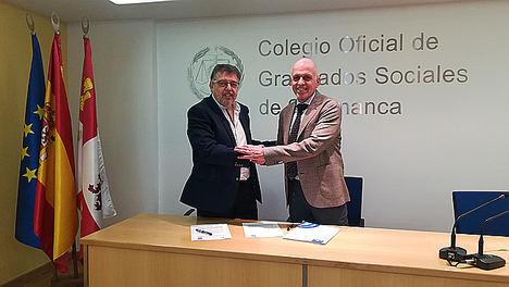 José  Ácera Cruz (a la dcha. de la foto) y Ángel Castilla Corral estrechan sus manos tras la firma del convenio de colaboración.