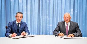 Juan Antonio Alcaraz, director general de Negocio de CaixaBank, y Ángel Villafranca, presidente de Cooperativas Agro-alimentarias de España.