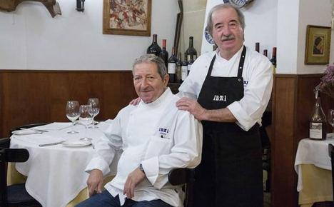 Juantxo y Alicio Garro en el comedor del restaurante Ibai.