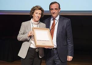 Julia Navarro con el presidente de ASPAPEL, Enrique Isidro.