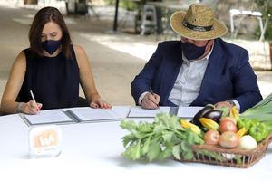 Julieta Maresca, Gerente Generación Distribuida de Repsol ,y Pepe Cabrera, co-propietario de Huerta de Carabaña.