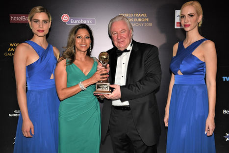 Karen Sequeira recibe el World Travel Award de Graham Cooke, fundador de los World Travel Awards.