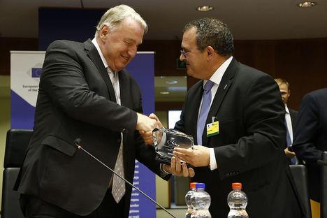 De izda a dcha: Karl-Heinz Lambertz, presidente del Comité Europeo de las Regiones entregando el premio a  Isaac Pola Alonso, consejero de Industria, Empleo y Turismo del Principado.