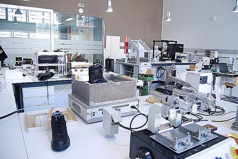 Los laboratorios del CTCR, pioneros en la validación de calzado, un año después de alzarse con la acreditación ENAC