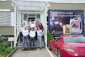 El director gerente de LIQUI MOLY, Ernst Prost, (segunda fila, tercero por la izquierda) con algunos de los nuevos empleados contratados en mayo y junio.