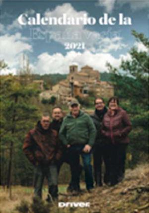 El alcalde y los habitantes de Sant Jaume de Frontanyà, uno de los municipios que han participado, posando para la portada del calendario.