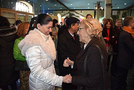 La Ministra Consejera con Funciones Consulares, Milagros Urbina, y la alcaldesa de Madrid Manuela Carmena.