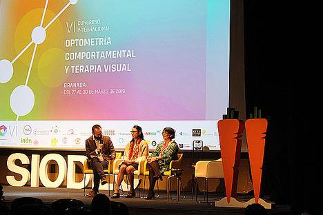 La optometrista Ana Conchillo ha subido al escenario a su paciente Pilar durante su ponencia en el VI Congreso de SIODEC.