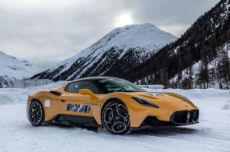 La potencia del Maserati MC20 sobre la nieve