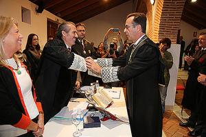 Lara saluda al juez decano de Marbella tras imponerle la Medalla de Honor del Colegio.