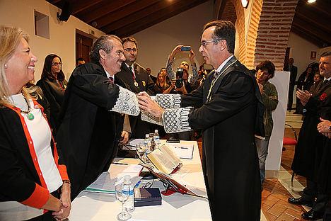 El Colegio de Abogados de Málaga entrega la Medalla de Honor al juez decano de Marbella