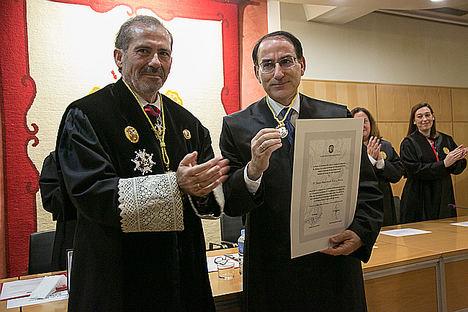 Francisco Javier Lara y Javier González de Lara y Sarria  tras imponerle la Medalla de Honor del Colegio.