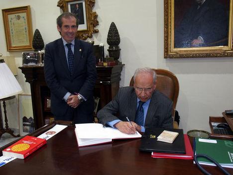 Lara y Guerra, firmando el Libro de Honor del Colegio.