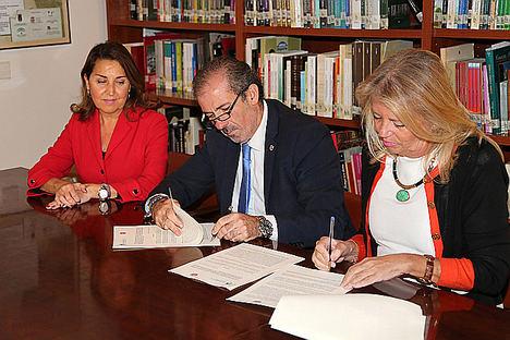 Lara y Muñoz firman el convenio para el servicio de intermediación hipotecaria.