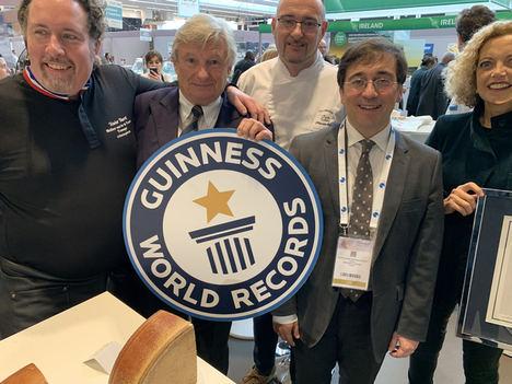 Les Grands Buffets galardonado con el Guinness World Records al surtido de quesos más grande del mundo en un restaurante con 111 variedades