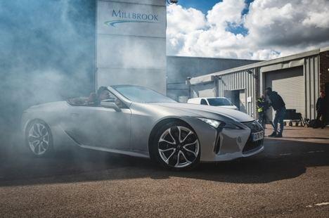Al volante del Lexus LC Cabrio congelado