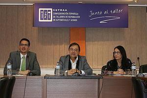De izq a dcha: Luis Fernando Velasco, jefe de Área de Vehículos de la DGT, Xavier Freixes, responsable del proyecto Libro Taller en CETRAA y miembro del Comité Ejecutivo de CETRAA, y Ana Ávila, secretaria general de CETRAA.