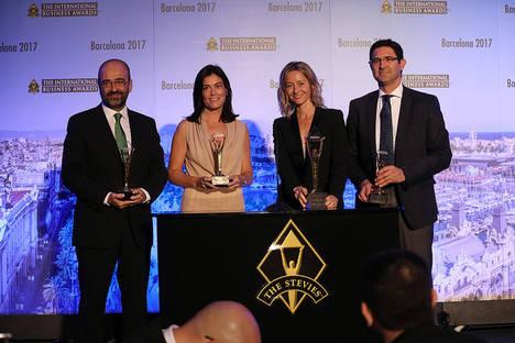 Llorente y Cuenca, recibiendo el premio.