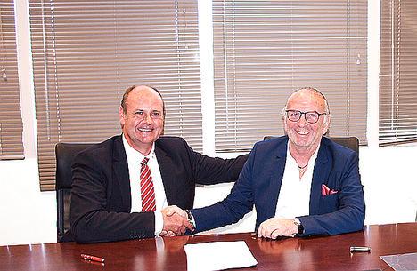 Marc Possekel (izqda.), director de la LogCoop GmbH y Joel Vigneron, presidente de Tred Union, sellan la colaboración entre las cooperaciones logísticas alemana y francesa.