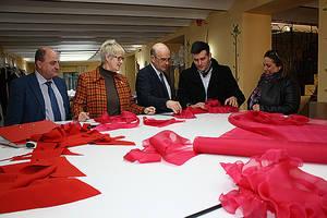 El delegado de Economía, Manuel Carmona, junto diseñador Alejandro Gomez, conociendo la firma