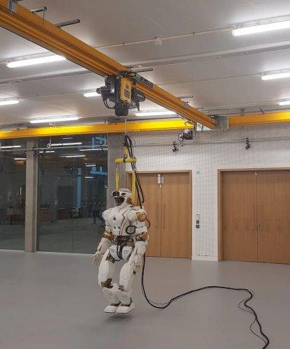 Los polipastos eléctricos VERLINDE proporcionan un sistema vital de prevención de caídas para la robot humanoide Valkyrie