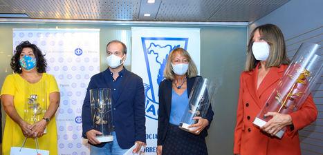 De izqda. a dcha.: Almudena Grandes, Álvaro Ybarra, Paola del Vecchio y Ana Blanco (Pablo M. Díez y José Andrés no pudieron asistir personalmente a recogerlo).