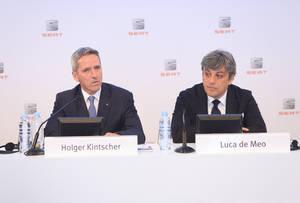 Luca de Meo, presidente del Comité Ejecutivo de SEAT, y Holger Kintscher, vicepresidente de Finanzas, IT y Organización de SEAT, durante la presentación de los resultados anuales de 2015.