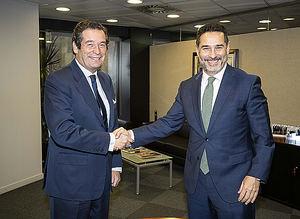 Luis Cabanas y Juan Antonio Gómez-Pintado durante la firma del acuerdo.