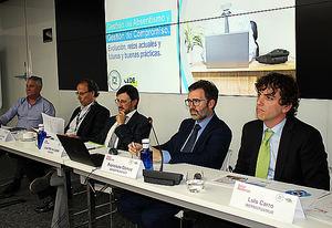 Luis Carro Santa-María, el primero a la derecha de la foto, junto al resto de ponentes de la jornada.