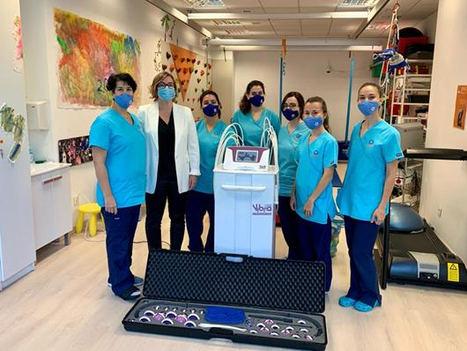 La eléctrica Luz Solidaria inicia su programa de ayudas con una máquina de alta tecnología para NeuroPed