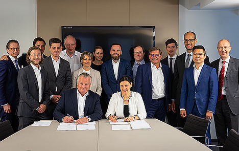 Menno van der Horst, miembro de la junta de MVGM y  Maria Grigorova, la directora financiera de JLL para EMEA, durante la firma.