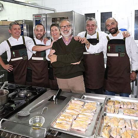 De izq. a dcha.: Manolo de la Osa rodeado de sus discípulos, Álvaro Garrido, Ricardo Sotres, Maca de Castro, Dani Carnero y Benito Gómez.