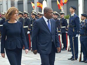 María Dolores de Cospedal y João Lourenço pasan revista a las tropas en el Ministerio de Defensa de España.