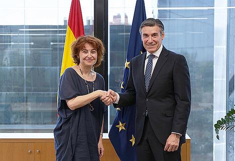 María Peña, consejera delegada de ICEX España Exportación e Inversiones y Javier M. Flores, director general de la Fundación Microfinanzas BBVA.