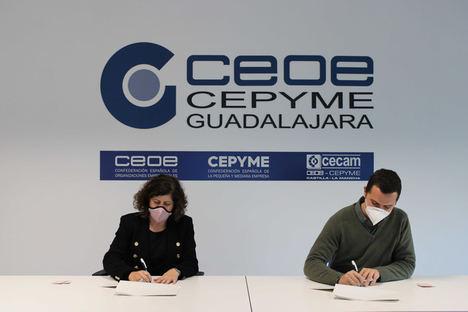 María Soledad García, presidenta de la Confederación de empresarios de Guadalajara y José Luis Gómez-Cano, gerente de la Zona Centro de Servicios Industriales de ILUNION Facility Services.