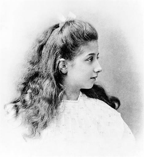 120 años de Mercedes, la niña y la marca