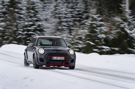 Mini John Cooper Works GP sobre la nieve