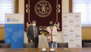 Momento de la firma con el presidente del Club de Exportadores, Antonio Bonet y Teresa Corzo, decana de la Facultad de Ciencias Empresariales y Económicas.