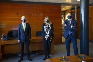 De izqda. a dcha.: Enrique Montero (socio director del despacho), Lola Carranza e Ignacio Albendea Solís (socio responsable del departamento de Derecho Público y Administrativo).