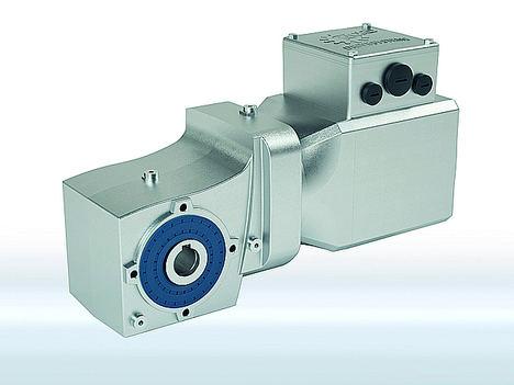 Los nuevos motores síncronos IE5+ son adecuados en aplicaciones de logística interna y en zonas de lavado a presión como una solución de sistema con reductores y convertidores de frecuencia de NORD DRIVESYSTEMS.