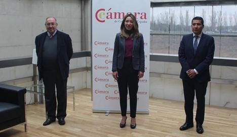 De izqda. a dcha.: Presidente de la Cámara de Comercio de España, D. José Luis Bonet; la Secretaria de Estado de Comercio, Dña Xiana Méndez Bértolo y el Embajador de Nicaragua en España, D. Carlos Midence.